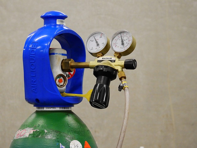 image of a gas tank cylinder and a regulator